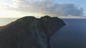 Paysage des falaises de mer et le champ donnant sur l'océan chez Mykines, les Iles Féroé projectile Antenne pour le beau clips vidéos