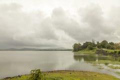Paysage des gammes de montagne de Ghats occidental à l'état de maharashtra près de barrage de wakanda dans l'Inde photo stock