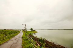 Paysage des gammes de montagne de Ghats occidental à l'état de maharashtra près de barrage de wakanda dans l'Inde image stock
