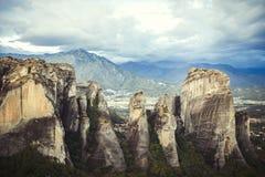 Paysage des monastères de Meteora en Grèce dans la Thessalie au début de la matinée Falaises de Meteora vis-à-vis d'un Ba de ciel Images stock