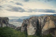 Paysage des monastères de Meteora en Grèce dans la Thessalie au début de la matinée Falaises de Meteora vis-à-vis d'un Ba de ciel Image libre de droits