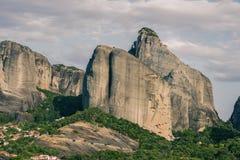 Paysage des monastères de Meteora en Grèce dans la Thessalie au début de la matinée Falaises de Meteora vis-à-vis d'un Ba de ciel Photographie stock