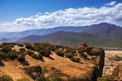 Paysage des monastères de Meteora en Grèce dans la Thessalie au début de la matinée Falaises de Meteora vis-à-vis d'un Ba de ciel Photo libre de droits