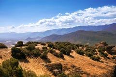 Paysage des monastères de Meteora en Grèce dans la Thessalie au début de la matinée Falaises de Meteora vis-à-vis d'un Ba de ciel Photos libres de droits
