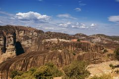 Paysage des monastères de Meteora en Grèce dans la Thessalie au début de la matinée Falaises de Meteora vis-à-vis d'un Ba de ciel Photographie stock libre de droits