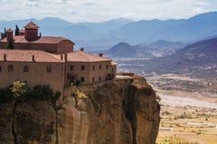 Paysage des monastères de Meteora en Grèce dans la Thessalie au début de la matinée Falaises de Meteora vis-à-vis d'un Ba de ciel Photo stock