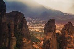 Paysage des monastères de Meteora en Grèce dans la Thessalie au début de la matinée Falaises de Meteora vis-à-vis d'un Ba de ciel Images libres de droits