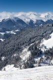 Paysage des montagnes d'hiver avec beaucoup de neige au jour ensoleillé Scène hivernale pittoresque et magnifique images stock