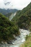 Paysage des montagnes luxuriantes, du ravin et d'une rivière Image stock