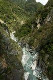 Paysage des montagnes luxuriantes et raides, du ravin et d'une rivière Photo libre de droits