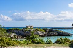 Paysage des ruines maya dans le Maya de la Riviera, Cancun, Mexique Fond de ciel bleu Photos libres de droits