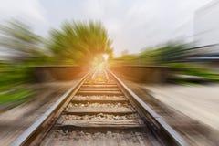 Paysage des voies ferrées avec l'effet de tache floue de mouvement Photos stock