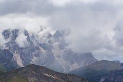 Paysage dramatique dans les Alpes de dolomite, Italie, en été, avec des nuages d'orage et des crêtes majestueuses photo libre de droits