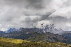 Paysage dramatique dans les Alpes de dolomite, Italie, en été, avec des nuages d'orage et des crêtes majestueuses photos libres de droits