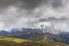 Paysage dramatique dans les Alpes de dolomite, Italie, en été, avec des nuages d'orage et des crêtes majestueuses photos stock