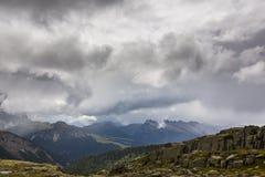 Paysage dramatique dans les Alpes de dolomite, Italie, en été, avec des nuages d'orage et des crêtes majestueuses images stock