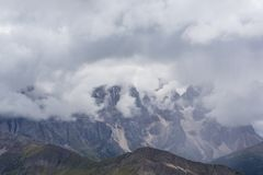 Paysage dramatique dans les Alpes de dolomite, Italie, en été, avec des nuages d'orage et des crêtes majestueuses image libre de droits