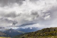 Paysage dramatique dans les Alpes de dolomite, Italie, en été, avec des nuages d'orage et des crêtes majestueuses images libres de droits