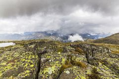 Paysage dramatique dans les Alpes de dolomite, Italie, en été, avec des nuages d'orage et des crêtes majestueuses photographie stock