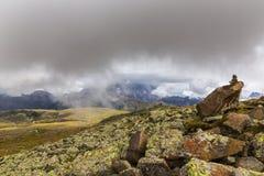 Paysage dramatique dans les Alpes de dolomite, Italie, en été, avec des nuages d'orage et des crêtes majestueuses image stock