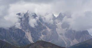Paysage dramatique dans les Alpes de dolomite, Italie, en ?t?, avec des nuages d'orage et des cr?tes majestueuses photos stock