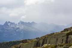 Paysage dramatique dans les Alpes de dolomite, Italie, en ?t?, avec des nuages d'orage et des cr?tes majestueuses photos libres de droits