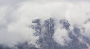 Paysage dramatique dans les Alpes de dolomite, Italie, en ?t?, avec des nuages d'orage et des cr?tes majestueuses image stock