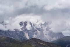 Paysage dramatique dans les Alpes de dolomite, Italie, en ?t?, avec des nuages d'orage et des cr?tes majestueuses image libre de droits