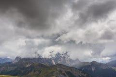 Paysage dramatique dans les Alpes de dolomite, Italie, en ?t?, avec des nuages d'orage et des cr?tes majestueuses photo stock