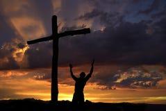 Paysage dramatique de ciel avec un croyant Image libre de droits