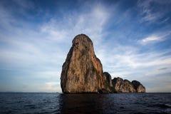 Paysage dramatique de Karst en Koh Phi Phi, Thaïlande Photo libre de droits