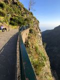 Paysage dramatique de montagne avec deux personnes admirant la vue images libres de droits