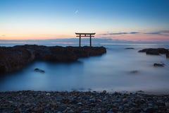 Paysage du Japon de porte et de mer japonaises traditionnelles Photos stock
