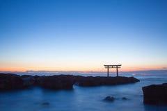 Paysage du Japon de porte et de mer japonaises traditionnelles Photographie stock libre de droits