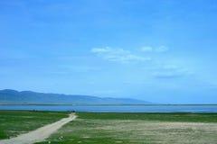 Paysage du Lac Qinghai le long de la route Image stock