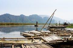 Paysage du Vietnam : Le voyage sur le marécage, Van Long, Ninh Binh, Vietnam Photo stock