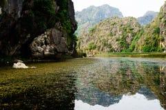 Paysage du Vietnam : Le voyage sur le marécage, Van Long, Ninh Binh, Vietnam Photo libre de droits
