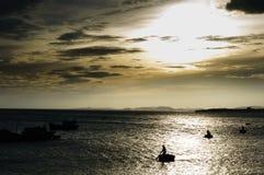 Paysage du Vietnam : Les bateaux dans le coucher du soleil chez Binh Thuan, Vietnam Photographie stock