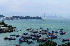 Paysage du Vietnam : Les bateaux de pêche se sont garés sur le trang-Viet Nam de baie-Nha Photos libres de droits