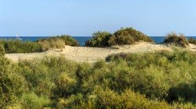Paysage dunaire avec le voilier à l'arrière-plan en Espagne Photo stock