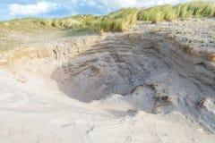 Paysage dunaire avec les windholes découpés profonds avec les bords raides dangereux Photos libres de droits