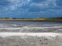Paysage dunaire venteux par le ciel dramatique images libres de droits