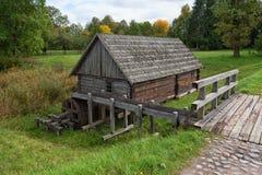 Paysage en bois Rumsiskes Lithuanie d'automne de moulin de pays Image stock