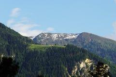 Paysage ensoleillé et nuageux de montagnes Images stock