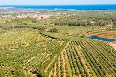 Paysage espagnol dans Catalunya, vue du village, de la mer et des jardins Photo libre de droits