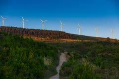 Paysage espagnol de village avec des moulins à vent Image stock