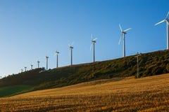 Paysage espagnol de village avec des moulins à vent Photo stock