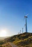 Paysage espagnol de village avec des moulins à vent Images stock