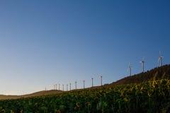 Paysage espagnol de village avec des moulins à vent Photographie stock libre de droits