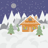 Paysage et chalet de ski en montagnes avec la neige, les chutes de neige et les arbres la nuit Photographie stock libre de droits